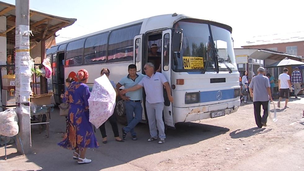 Женщина выпала из автобуса и скончалась в Алматы
