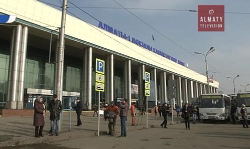 В зданиях алматинских вокзалов уберут многочисленные торговые киоски