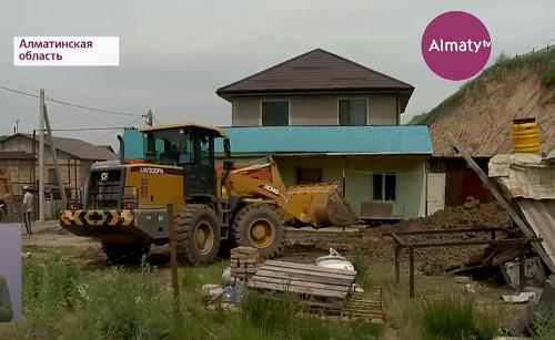 Больше десятка домов остаются в опасности в поселке Бурабай Алматинской области