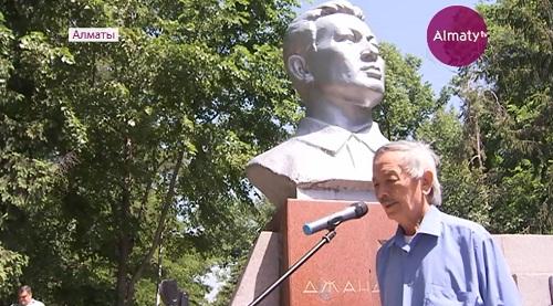 В Алматы учащиеся гимназии им. Ураза Джандосова отдали дань памяти политическому деятелю