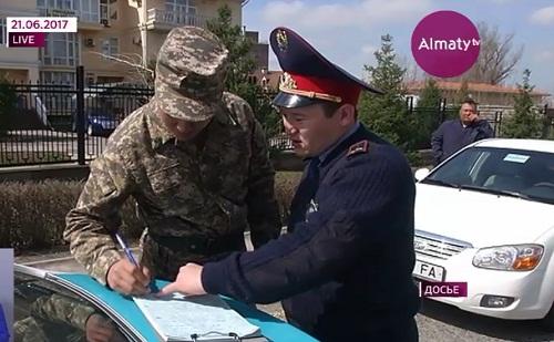 В Казахстане снимать полицейских на камеру водителям разрешат законодательно