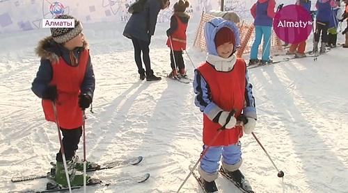 В Алматы детей обучают катанию на лыжах бесплатно