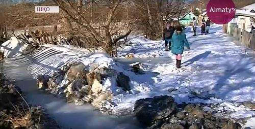 Замерзший горный ручей угрожает наводнением жителям Риддера