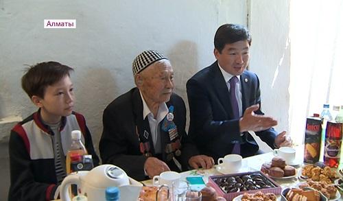 Бауыржан Байбек поздравил ветерана ВОВ со столетним юбилеем