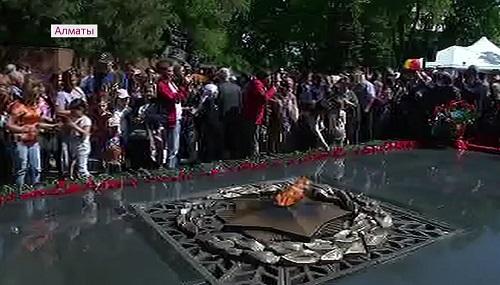 Нурсултан Назарбаев возложил цветы к Вечному огню в Алматы