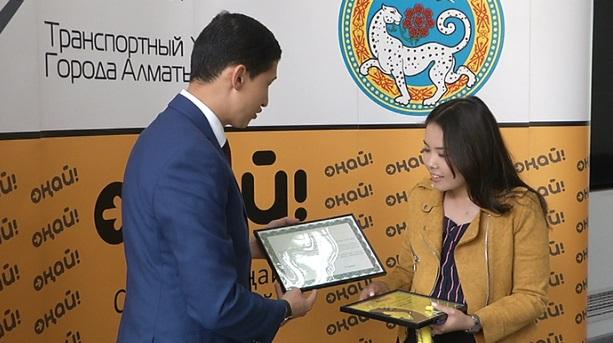 """Студентка из Алматы получила подарки за полумиллиардную транзакцию карточкой """"Оңай"""""""