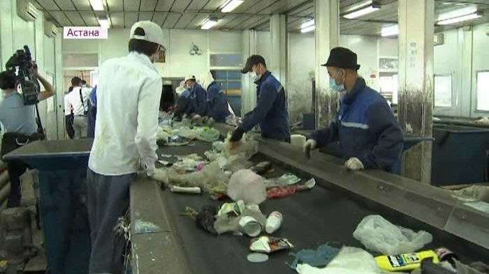 В разных пакетах: жителям Астаны предложили разделять бытовые отходы