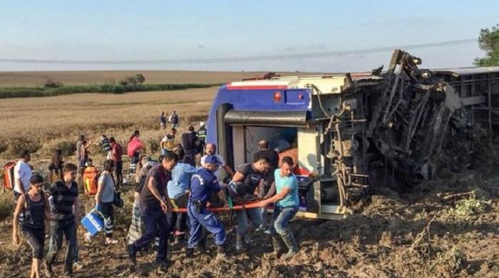В Турции пассажирский поезд сошел с рельсов: 24 погибших
