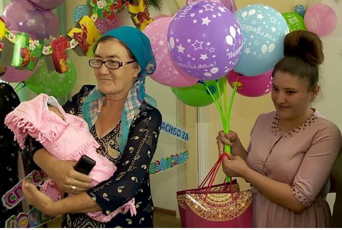 Родившую в поезде женщину выписали из клиники в Алматы