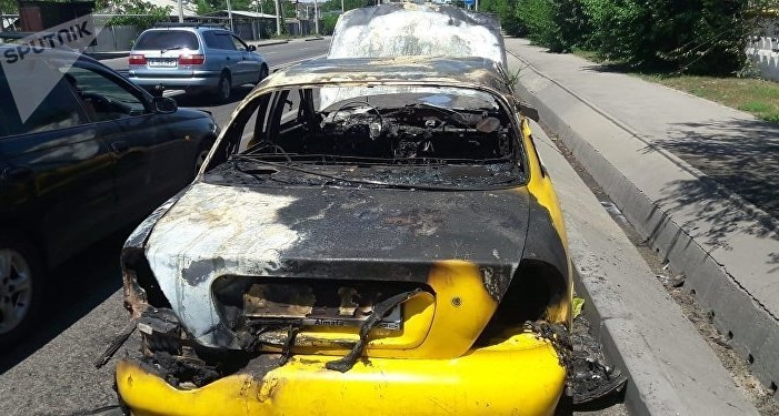 Автомобиль взорвался посреди улицы в Алматы