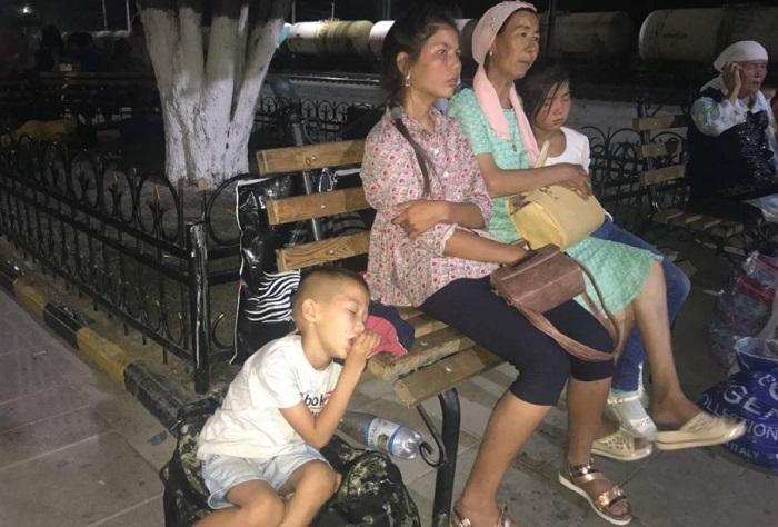В Шымкенте пассажирам задержавшегося поезда пришлось спать на улице