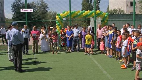 В Наурызбайском районе Алматы меценат подарил детям футбольную площадку