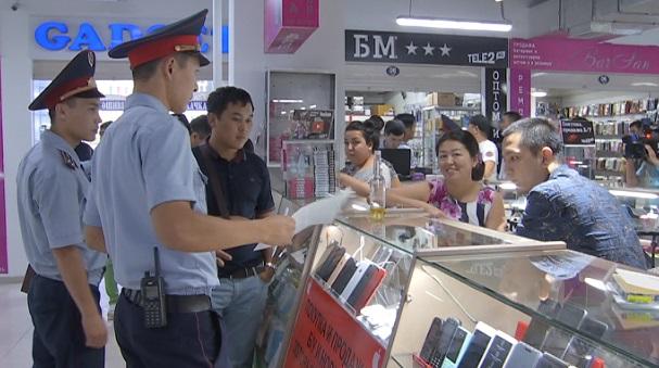 Полицейские Алматы искали краденые мобильные телефоны в крупном торговом центре