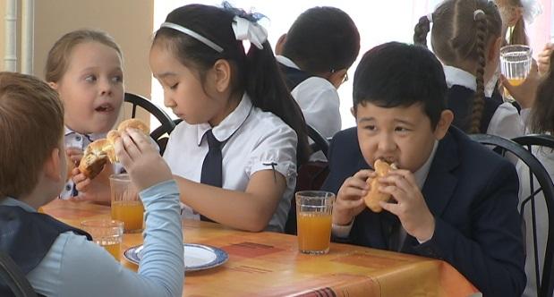 Более 10 000 школьников обеспечили бесплатным питанием в Алматы