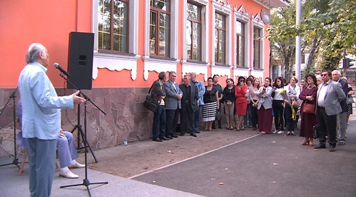 В Алматы установили мемориальную доску в честь драматурга и режиссера Жумата Шанина