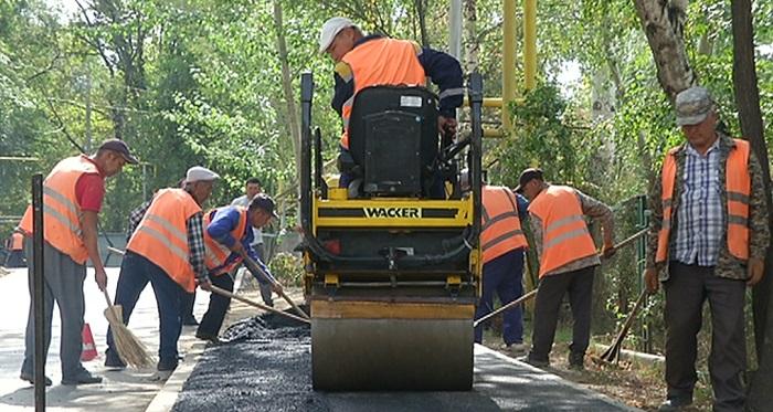 Большая стройка: в Наурызбайском районе Алматы ремонтируют дороги и проводят освещение