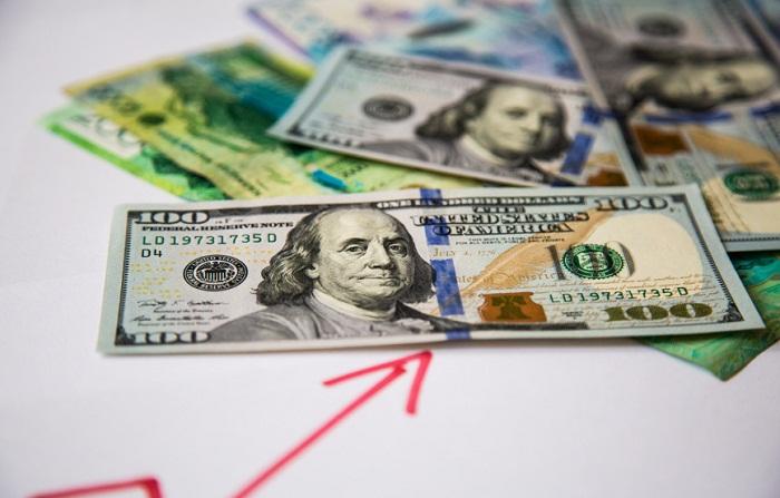 Доллар на бирже за сутки подорожал на 6,5 тенге