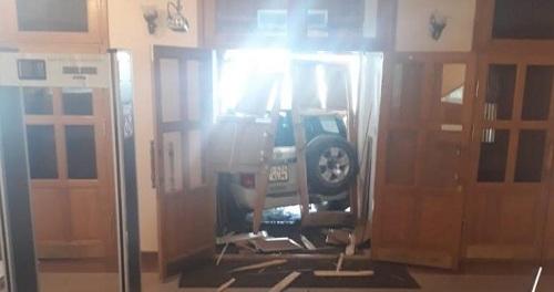 Водитель внедорожника заплатит миллионный штраф за въезд в здание акимата в Актобе