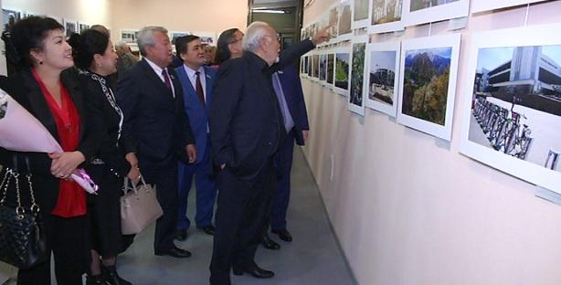 История в фотографиях: выставка к юбилею двух городских газет открылась в Алматы