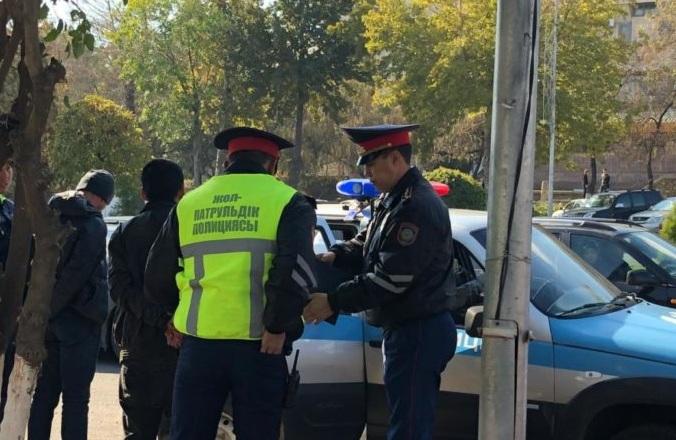 Полицейского ранили при задержании подозрительных лиц в Шымкенте