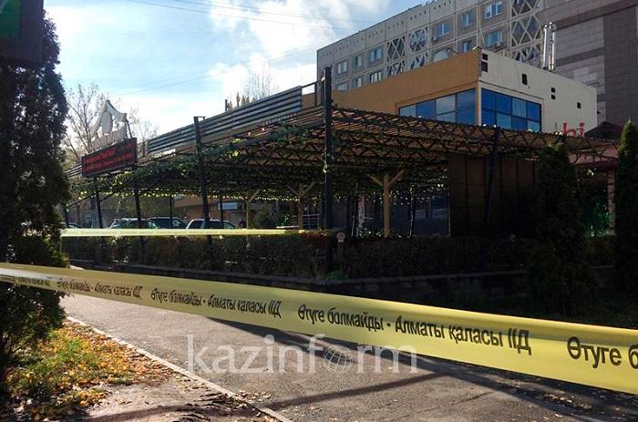 Полицейские оцепили здание в одном из микрорайонов Алматы