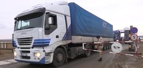 Сотни большегрузов застряли на границе с Россией в ЗКО (видео)
