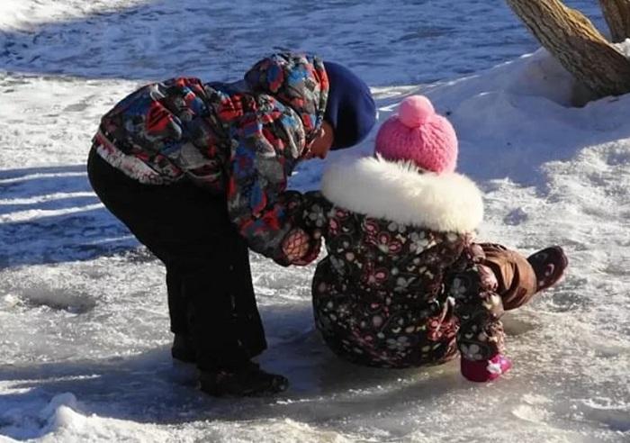 Снег и гололед: в детскую травматологию Усть-Каменогорска обратились более 100 пострадавших