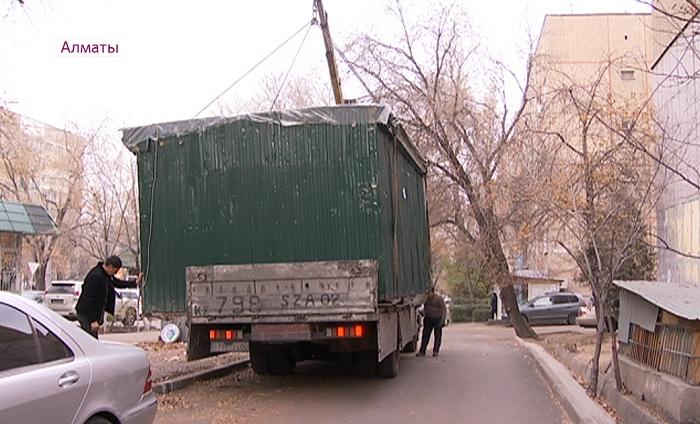 Демонтаж и спецстоянка: в Алматы продолжается снос незаконных ларьков