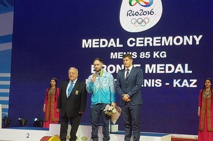 Казахстанскому тяжелоатлету Денису Уланову вручили медаль Олимпиады-2016