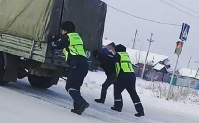 Полицейские стали героями соцсетей в Усть-Каменогорске
