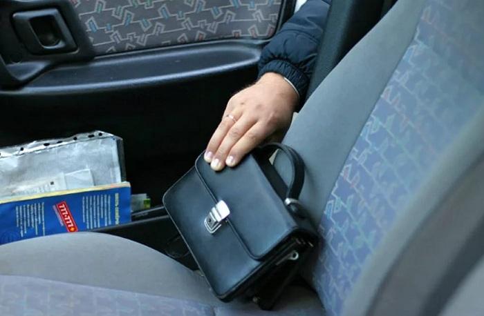 Полиция Алматы призывает водителей не оставлять ценные вещи в авто