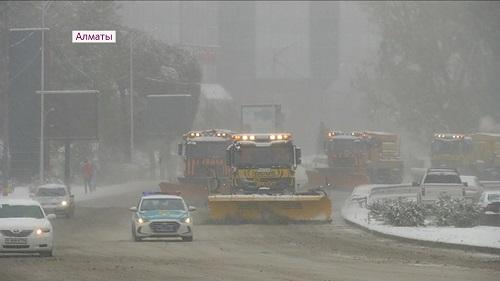 Более 7,5 тысяч кубометров снега собрали за два дня в Алматы