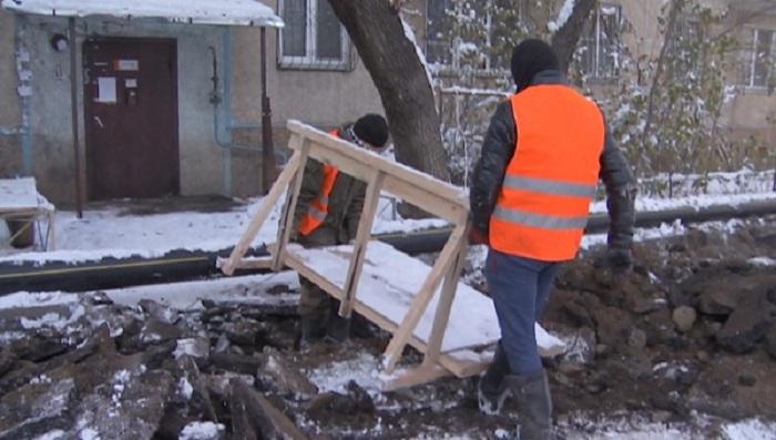 Алматыда қыс түскенде құбыр ауыстырмақ болған компания жаңа төселген асфальтті бұзып тастады