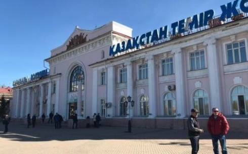Поток воды с потолка обрушился на посетителей ж/д вокзала в Караганде (видео)