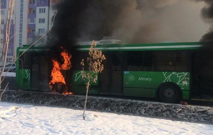 Руководство автопарка прокомментировало возгорание нового автобуса в Алматы