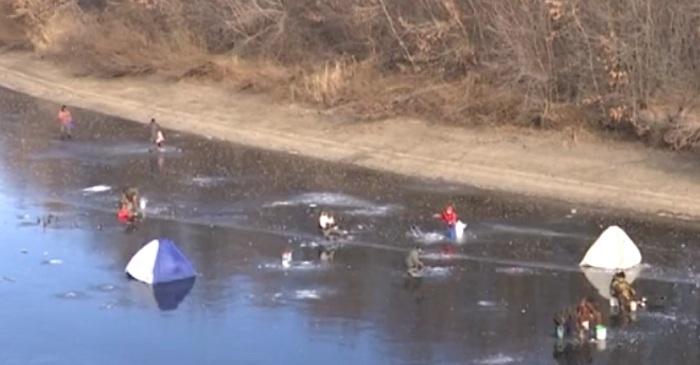 Невзирая на опасность, рыбаки вышли на тонкий лед в Уральске (видео)