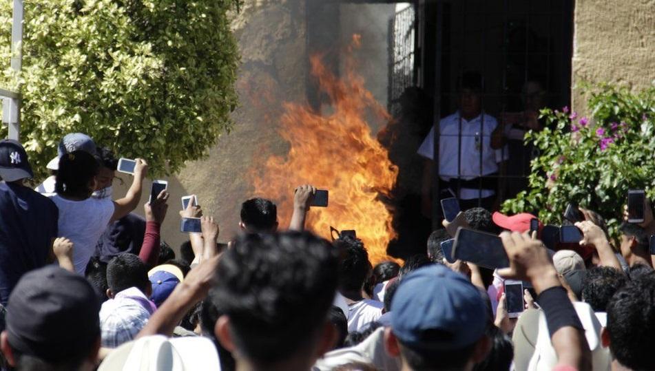 Осторожно, фейк: в Мексике сожгли двоих мужчин из-за слухов в WhatsApp