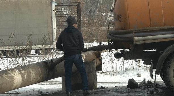 Ассенизаторы незаконно сливают нечистоты в городские коммуникации Алматы
