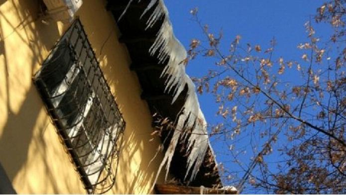 38 КСК в Алматы оштрафовали за плохую уборку сосулек