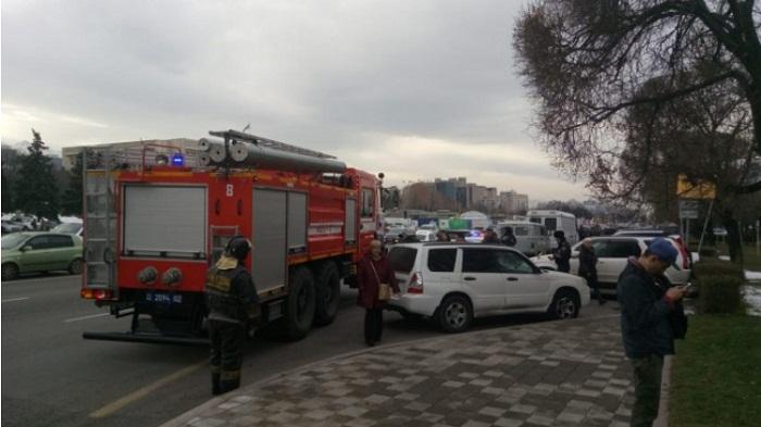 Из здания телеканала на площади Республики эвакуируют людей