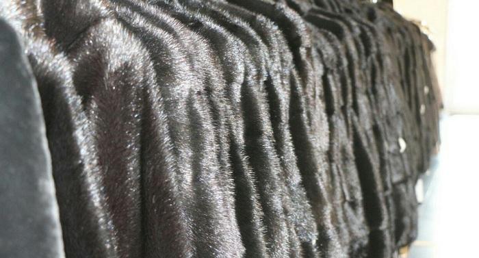 16 норковых шуб украли за 5 минут из магазина в Актау