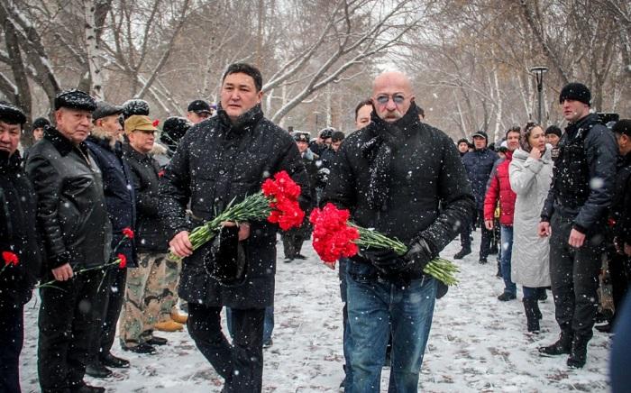 Александр Розенбаум возложил цветы к павлодарскому памятнику воинам-афганцам