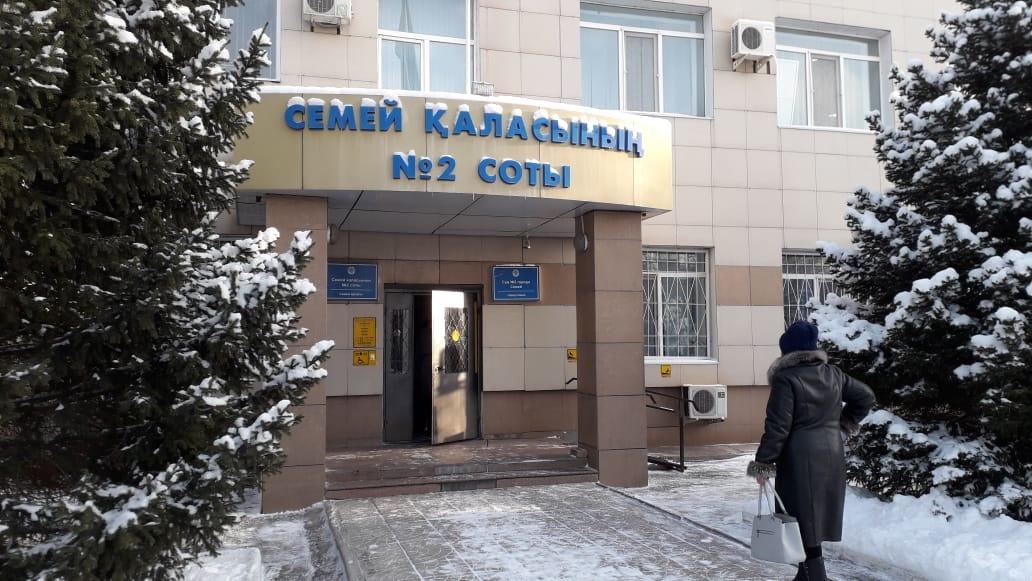 Выброшенная с балкона банка попала в ребенка: семейчанке суд вынес приговор