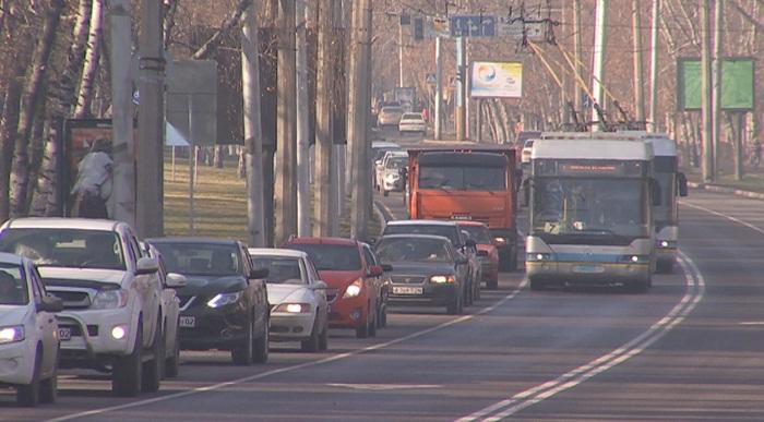 Троллейбусные провода  упали на авто: водитель в Алматы отсудил ущерб у перевозчика