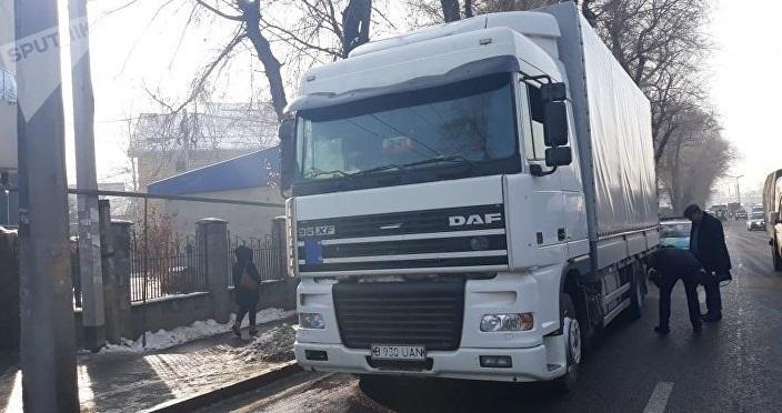 Фура сбила женщину и протащила около 300 метров в Алматы