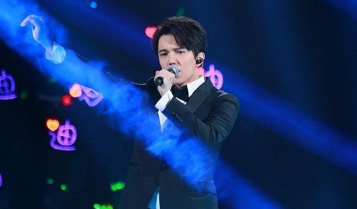"""Димаш спел песню из к/ф """"Титаник"""" на кинофестивале в Китае, вызвав восторг публики"""