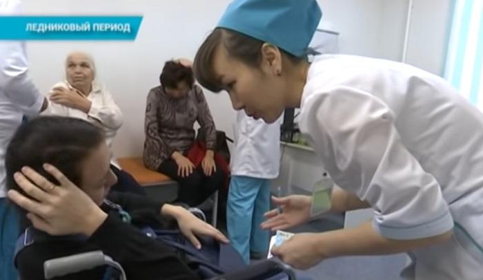Сотни жителей пострадали из-за гололеда в Уральске (видео)