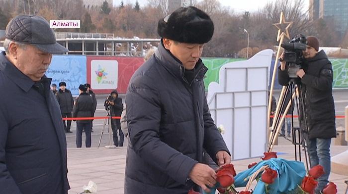 Бауыржан Байбек возложил цветы к монументу Независимости в Алматы