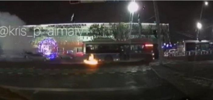 Автобус с пассажирами загорелся на ходу в Алматы