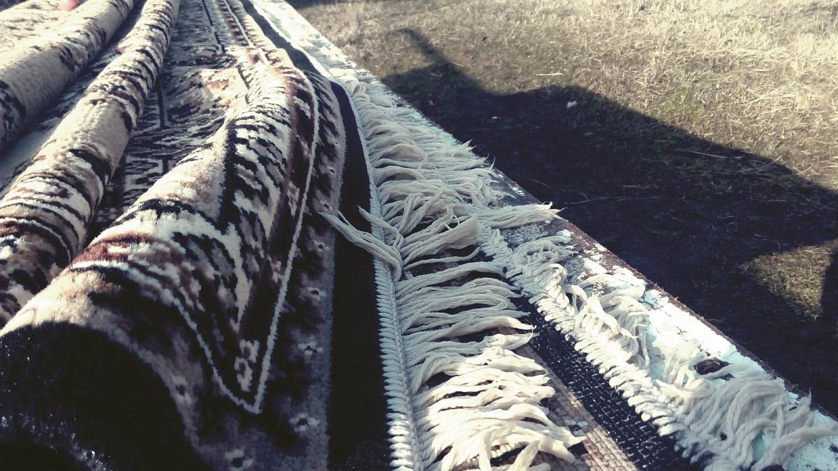 Двое мужчин несли по улице завернутый в ковер труп в Экибастузе